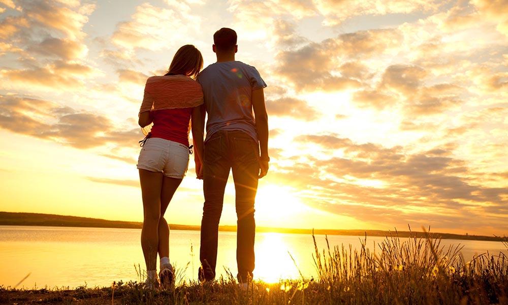 Couple coucher soleil
