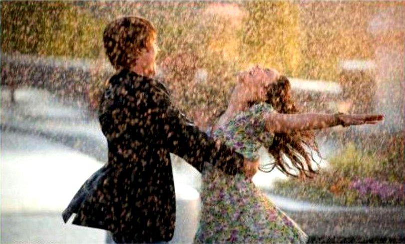 Couple dansant sous la pluie