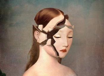 Femme avec le visage casse