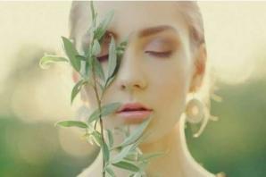 Femme avec plante pres du visage