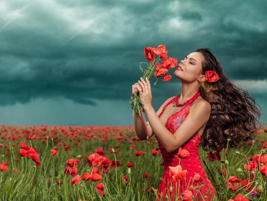 Femme champ de fleurs