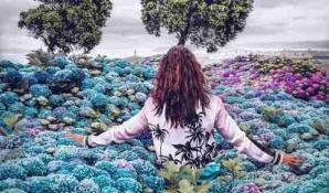 Femme champs fleurs