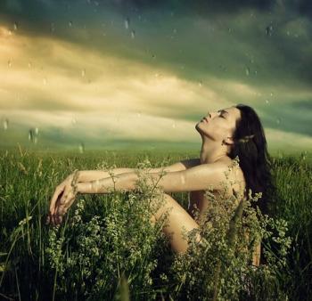 Femme champs pluie