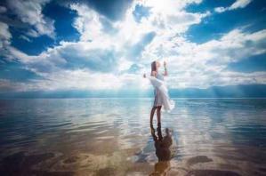 Femme ciel mer