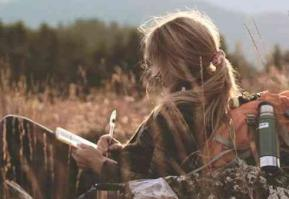 Femme ecrivant une lettre