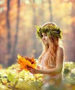 Femme feuilles