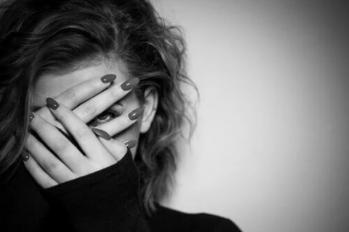 Femme peur noir blanc main devant visage
