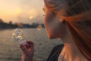 Femme qui fait des bulles