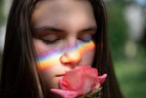 Femme qui sent une rose