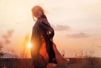 Fille champ coucher soleil