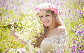 Sourire femme fleurs